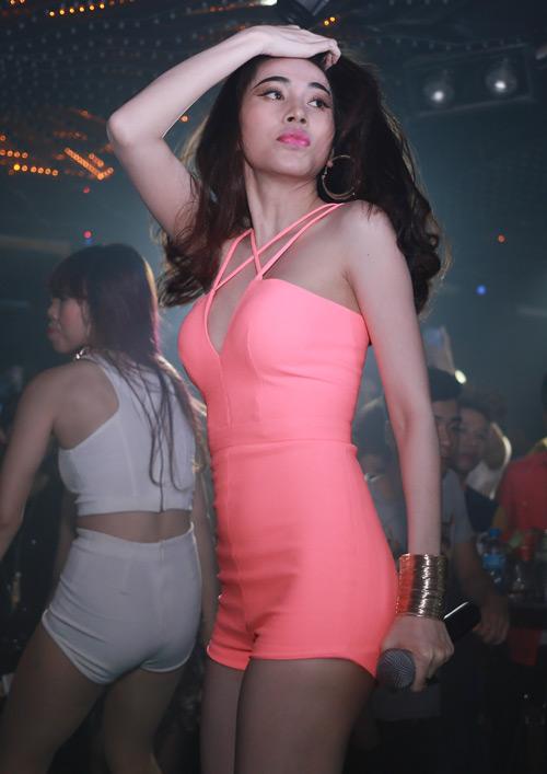 """Thủy Tiên """"nóng rực"""" ở bar Hà Nội - 6"""