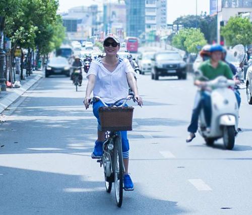 Mỹ Tâm chạy xe đạp gặp gỡ fan - 1