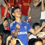 """Bóng đá - CĐV Chelsea ăn mừng giữa """"rừng"""" fan Liverpool"""