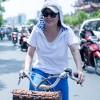 Mỹ Tâm chạy xe đạp gặp gỡ fan