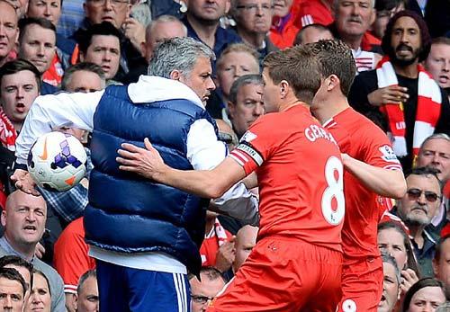 Mourinho tranh bóng, ăn mừng chọc tức Liverpool - 1