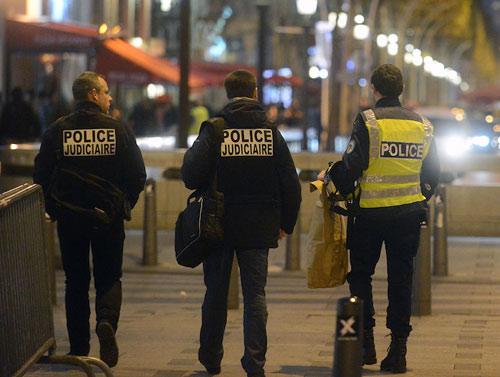 Pháp: 2 cảnh sát bị tố hiếp dâm ngay tại trụ sở - 1