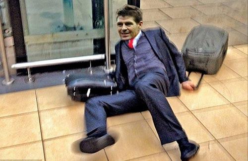 Ảnh chế: Gerrard trượt chân, Liverpool rơi cúp - 4