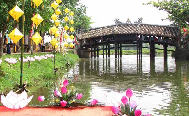 Cầu ngói Thanh Toàn là chiếc cầu vồng bằng gỗ bắc qua con sông Như Ý, làng Thanh Thủy Chánh, thuộc xã Thuỷ Thanh, thị xã Hương Thuỷ, tỉnh Thừa Thiên - Huế. Cầu đượcxây dựng vào năm 1776, do bà Trần Thị Ðạo (một người cháu gái thuộc thế hệ thứ sáu của họ Trần) cúng tiến, để dân làng qua lại được thuận tiện và là nơi cho lữ khách cùng người tha phương tạm dừng chân lỡ bước.Cầu ngói Thanh Toàn