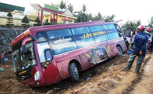 Xe khách tông nhau, 1 người chết, 7 người thương nặng - 2