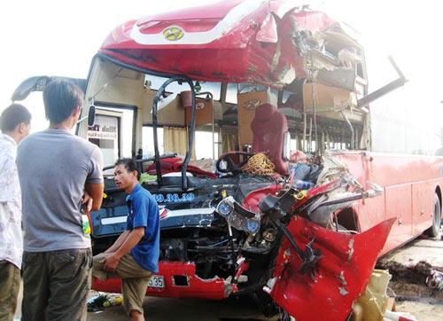 Xe khách tông nhau, 1 người chết, 7 người thương nặng - 1