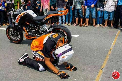 Tay đua mô tô Malaysia vái lạy khán giả Việt Nam - 1