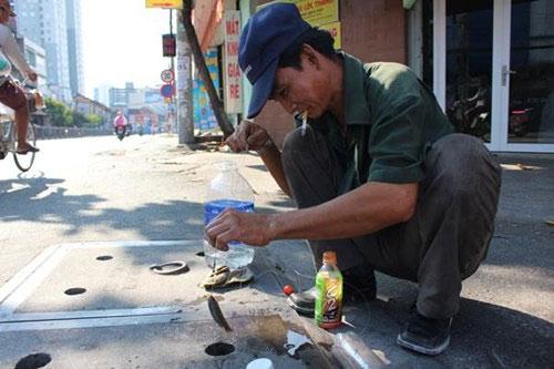 Chuyện lạ: Câu cá ngay trên nắp cống giữa phố Sài Gòn - 1