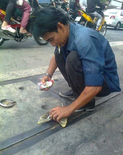 Chuyện lạ: Câu cá ngay trên nắp cống giữa phố Sài Gòn - 2
