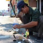 Tin tức trong ngày - Chuyện lạ: Câu cá ngay trên nắp cống giữa phố Sài Gòn