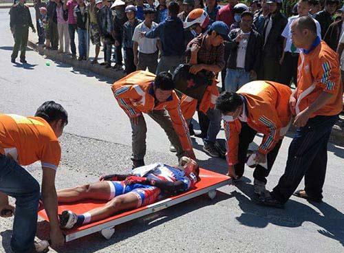 Cuộc đua xe đạp HTV 2014: Cua-rơ của Đồng Tháp bị gãy tay, dập cột sống - 1