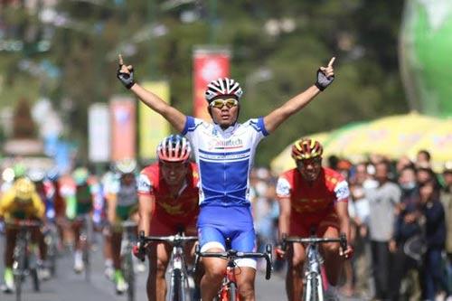Cuộc đua xe đạp HTV 2014: Cua-rơ của Đồng Tháp bị gãy tay, dập cột sống - 3