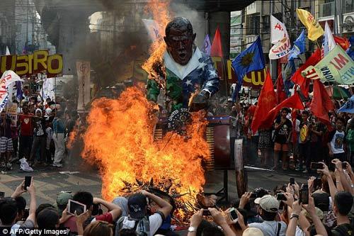 Dân Philippines phản đối việc quân Mỹ quay trở lại - 1