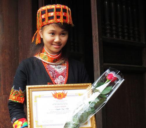 Nữ sinh người Dao được đặc cách vào đại học - 2