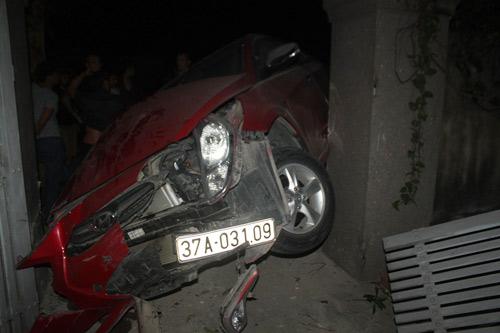 Ô tô đâm vào cổng nhà dân, 5 người cấp cứu - 1