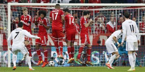 """Bayern Munich: """"Chết"""" bởi bóng chết - 2"""
