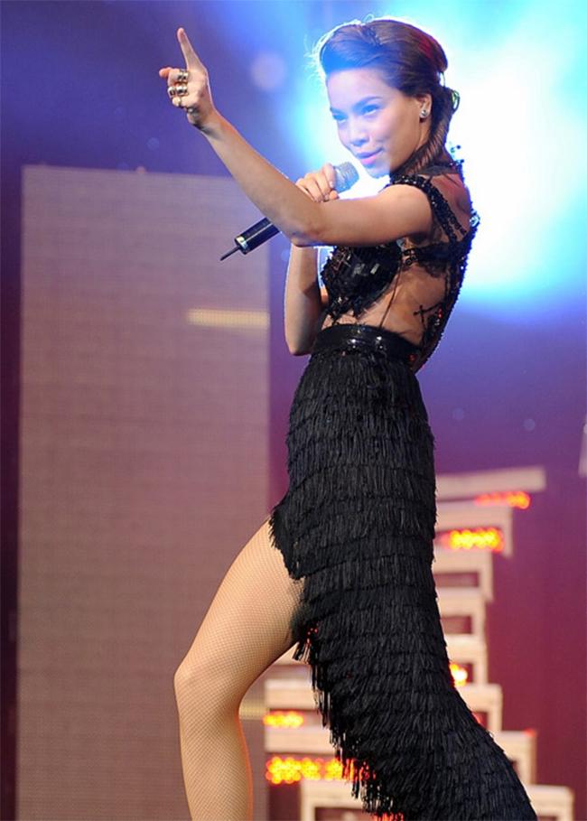 Hồ Ngọc Hà nổi tiếng là nữ hoàng dòng nhạc giải trí Vbiz với những bản hit đình đám như: 24h và 7 ngày, Khi ta yêu nhau, Xin hãy thứ tha, Tìm lại giấc mơ...