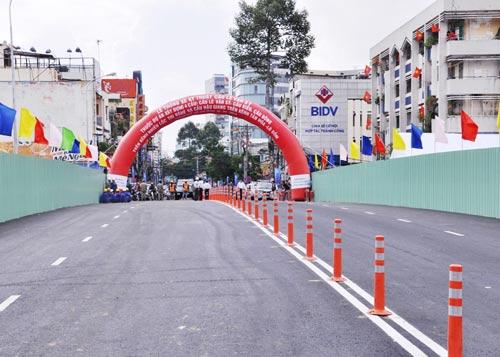 Thông xe cầu Lê Văn Sỹ ở trung tâm Sài Gòn - 1