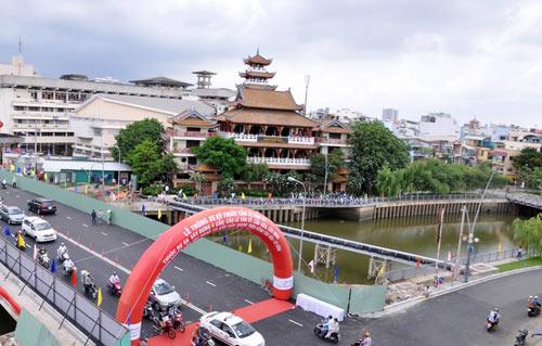 Thông xe cầu Lê Văn Sỹ ở trung tâm Sài Gòn - 7