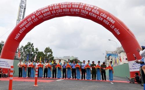 Thông xe cầu Lê Văn Sỹ ở trung tâm Sài Gòn - 2