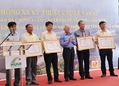 Thông xe cầu Lê Văn Sỹ ở trung tâm Sài Gòn - 3