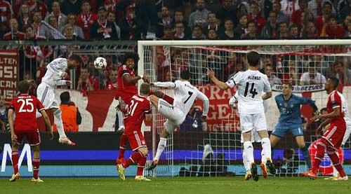 Ngày Ronaldo lập kỉ lục: Chim mồi và thợ săn - 1