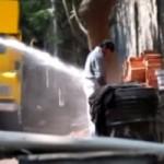 Phi thường - kỳ quặc - Ấn Độ dùng vòi rồng tấn công người tè bậy