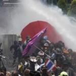Tin tức trong ngày - Cảnh sát Thái Lan dùng vòi rồng chống biểu tình