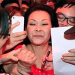 Ca nhạc - MTV - Khánh Ly xúc động trong vòng vây fan