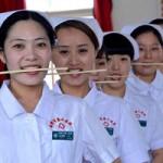 Tin tức trong ngày - Ảnh ấn tượng: Nhân viên y tế học cười bằng cách ngậm đũa