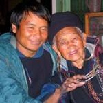 Bạn trẻ - Cuộc sống - Những cặp đôi yêu nhau bất chấp tuổi tác