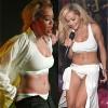 Rita Ora cởi đồ trước hàng trăm khán giả