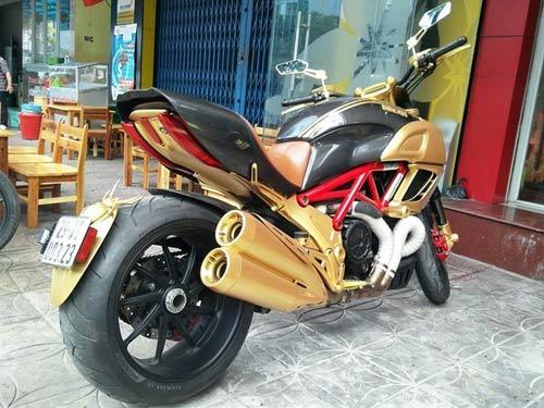 Choáng bộ 3 xe Ducati Diavel, Vespa 946 và Range Rover mạ vàng - 4