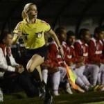 Bóng đá - Nữ trọng tài gợi cảm Brazil bị cầu thủ xúc phạm