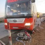 Tin tức trong ngày - Xe khách kéo lê xe máy 30m, một người nguy kịch