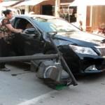 Tin tức trong ngày - Cột đèn giao thông gãy đổ, đè bẹp xe Camry bạc tỷ