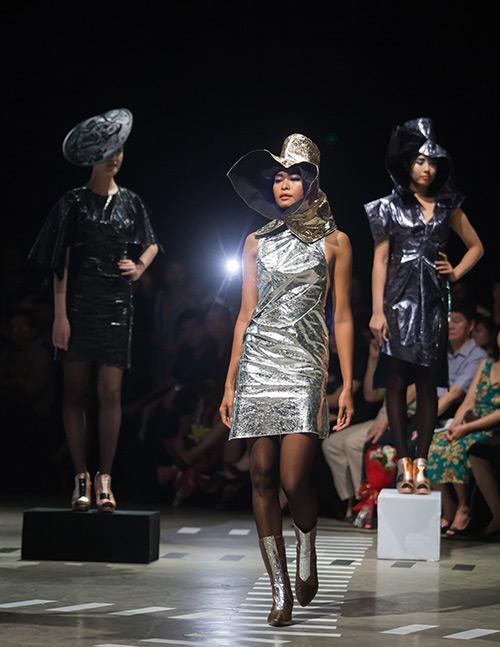 Tùng Dương làm vedette trên sàn diễn thời trang - 3