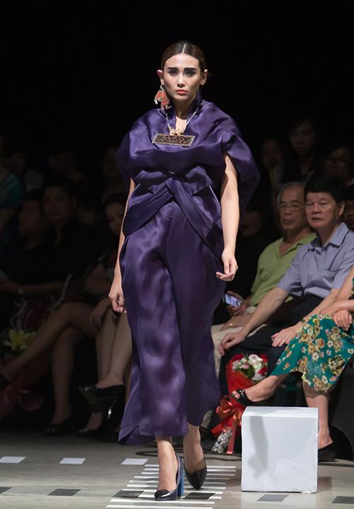 Tùng Dương làm vedette trên sàn diễn thời trang - 16