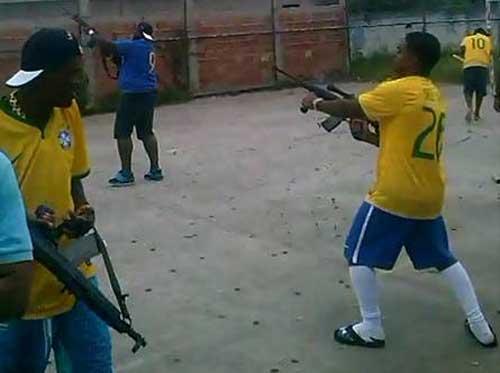 Điên rồ, bắn súng AK để mừng chiến thắng ở Brazil - 1