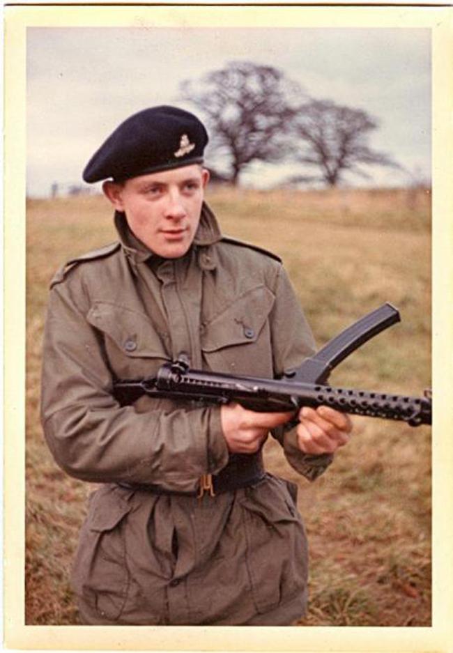 Trước đây, ông & nbsp;vốn là một pháo thủ của đội Pháo binh hoàng gia nhưng đã bị sa thải khỏi quân ngũ vào năm 1968 do hành vi trộm cắp.