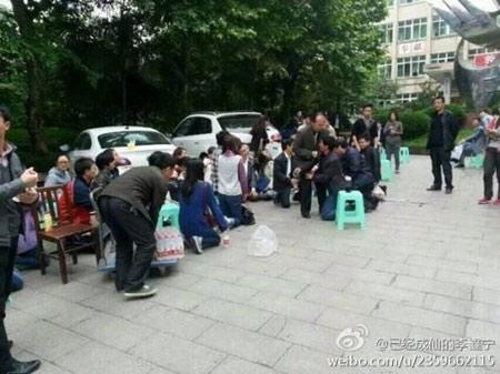 Giáo viên Trung Quốc quỳ gối để biểu tình - 1