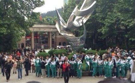 Giáo viên Trung Quốc quỳ gối để biểu tình - 2