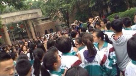 Giáo viên Trung Quốc quỳ gối để biểu tình - 3