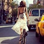 Thời trang - Chuyện chiếc váy và cái xe