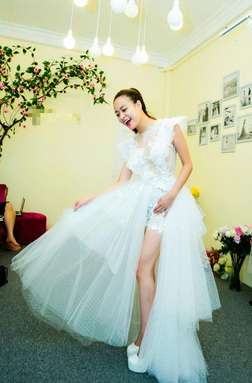 Hoàng Thuỳ Linh khoe chân thon với jumpsuit - 10