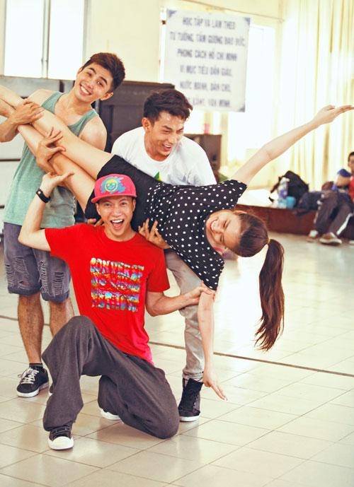 Hoàng Thùy Linh dịu dàng múa quai thao - 7