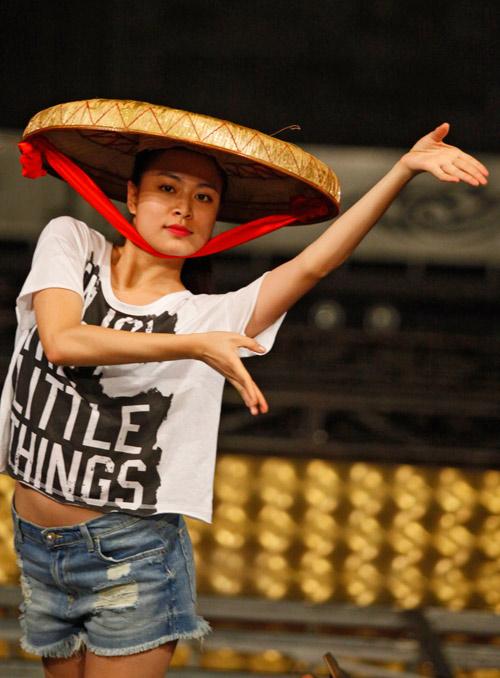 Hoàng Thùy Linh dịu dàng múa quai thao - 1