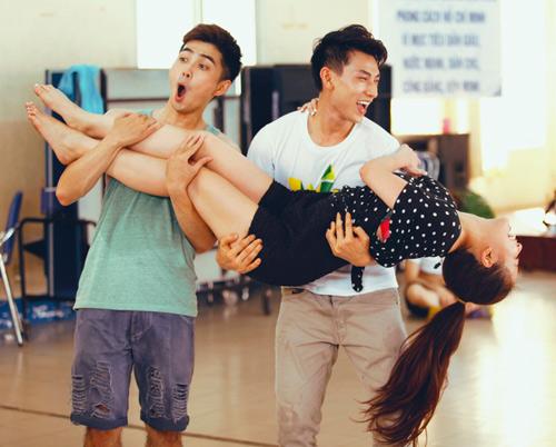 Hoàng Thùy Linh dịu dàng múa quai thao - 6