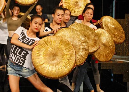 Hoàng Thùy Linh dịu dàng múa quai thao - 4