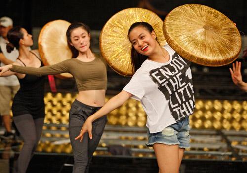 Hoàng Thùy Linh dịu dàng múa quai thao - 3